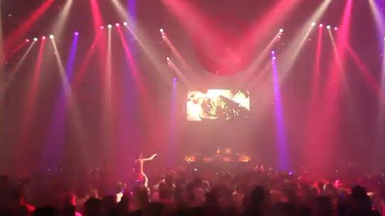Grote projectie van Haatmeneer Mo tijdens een optreden met honderden bezoekers.